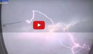 فيديو| البرق يصعق جناح طائرة.. ماذا حصل؟
