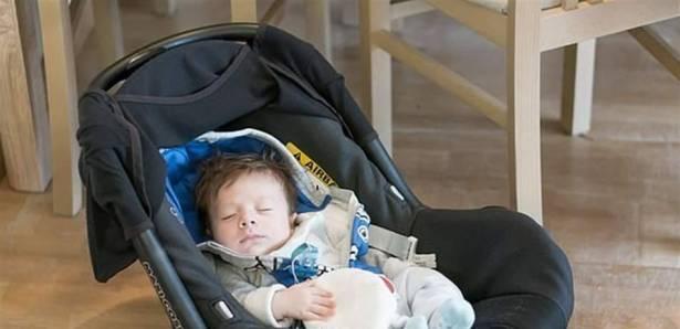 تنبيه: لا تسمحوا لطفلكم بالنوم في مقعد السيارة بالمنزل ..  قد يختنق!