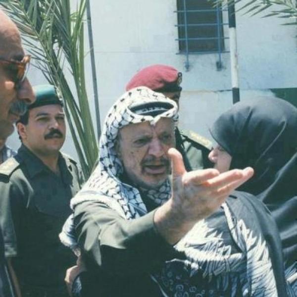 ما قصه هذه الصورة؟ ولمـاذا غضب فيها الرئيس الفلسطيني ياسر عرفات