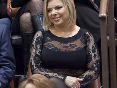 بالصور  ..  الإسرائيليون يطالبون نتنياهو بتأديب زوجته بسبب لباسها الفاضح