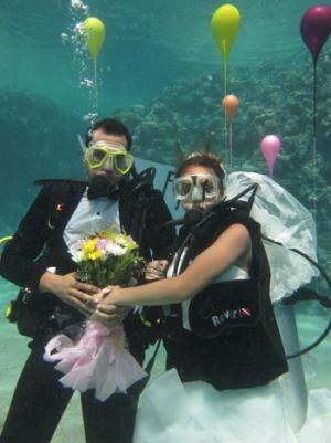 بالصور :  عروسان يحتفلان بزواجهما تحت الماء بشرم الشيخ