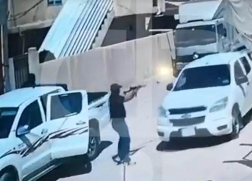بالفيديو  ..  كاميرات مراقبة ترصد لحظة اغتيال مسؤول عراقي برتبة عقيد من قبل مسلحين