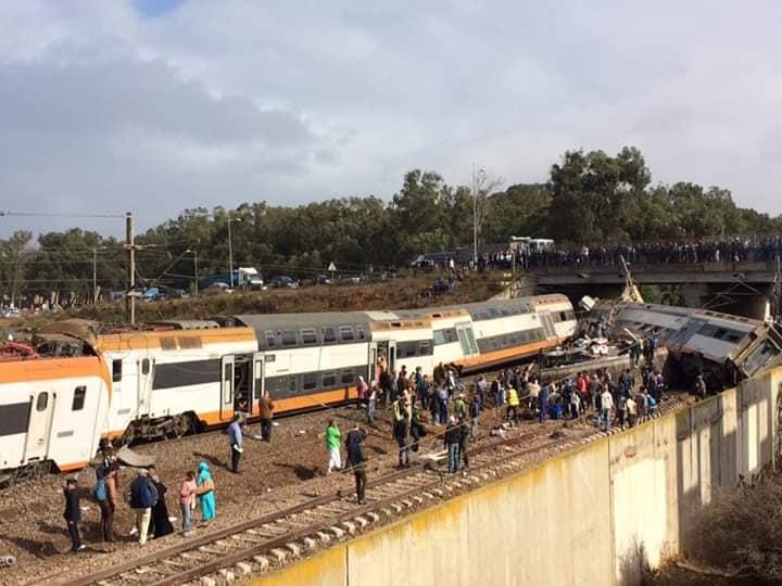 """بالفيديو والصور ..  مقتل""""4"""" وإصابة عشرات في خروج قطار عن القضبان بالمغرب"""