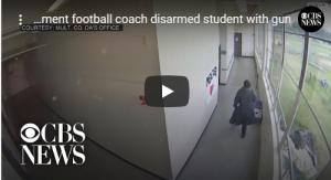 بالفيديو : مدرس ينقذ مدرسة من طالب مسلح