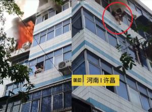 بالفيديو ..  أم تموت بعدما أنقذت طفليها من الموت احتراقاً بإلقائهما من الطابق الـ5