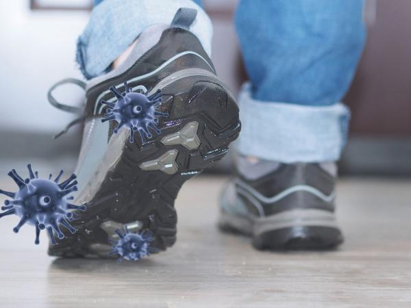 هل ينتقل فيروس كورونا من خلال الحذاء؟
