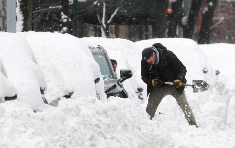 """شاهدوا بالفيديو و الصور  ..  الثلوج تغطي مدينة نيويورك و تمنع """"التطعيم ضد كورنا""""  ..  ومستوى الثلج أكثر من 40 سم"""