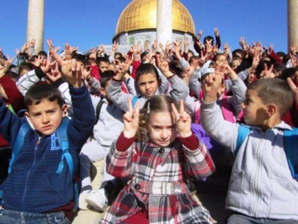 يد التهويد تحرم 100 ألف طالب مقدسي من التعليم بالمنهاج الفلسطيني