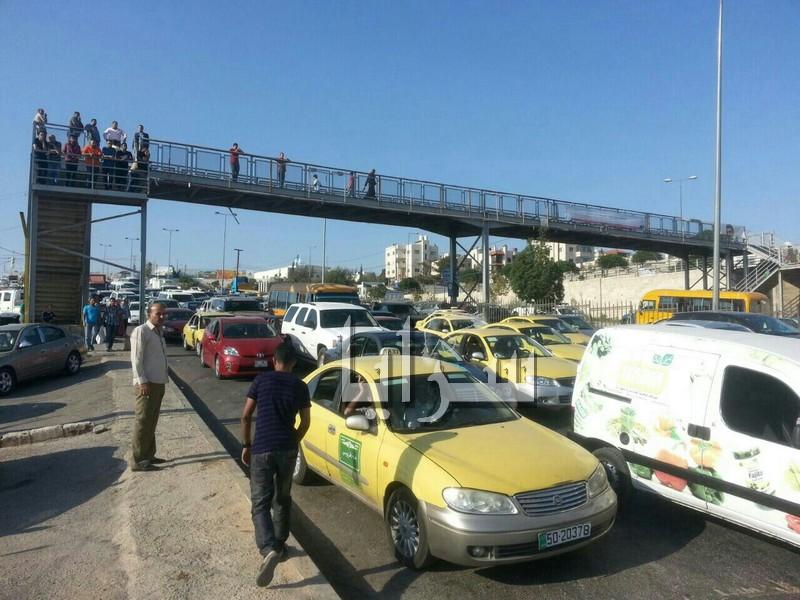 بالصور .. طبربور :محتجون يغلقون شارع الاردن.. واشتباكات بين الدرك واصحاب معارض السيارات