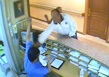 الاعتداء بالضرب على موظف في مستشفى أبي عبيدة الحكومي  ..  والأمن يتدخل