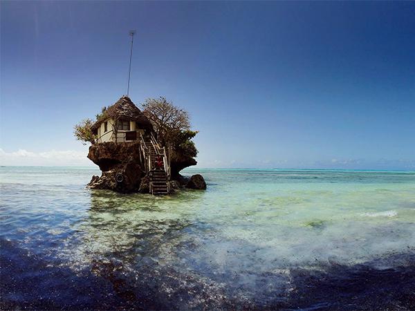 بالصور  ..  مطعم فريد من نوعه وسط المحيط يجذب السياح