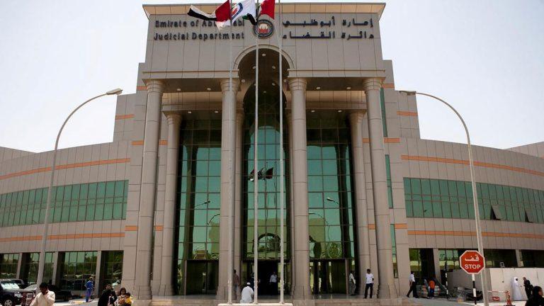 مطاردة شرطي لمدمن في الإمارات تنتهي بسقوطهما في حفرة