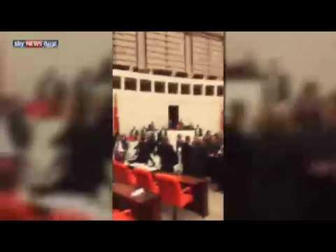 بالفيديو ..  عراك داخل البرلمان التركي