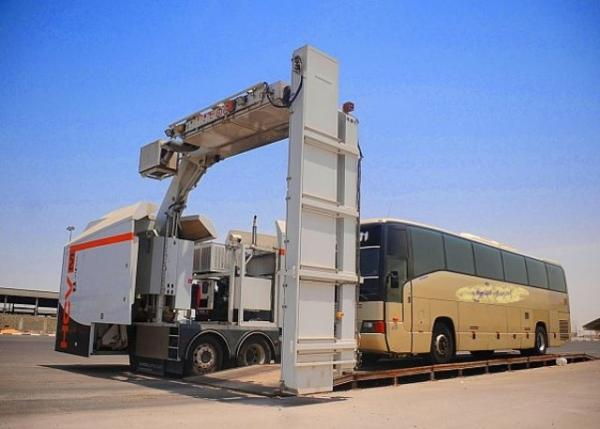 السير تستخدم أجهزة فحص ضخمة للكشف على المركبات في شوارع عمان