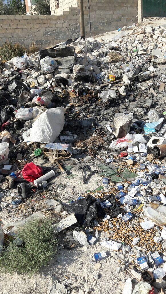 بالصور.. الرصيفة : حي القادسية بلا حاويات و البلدية لا تستجيب