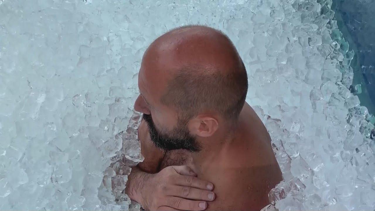 بالصور  ..  نمساوي يصمد لأكثر من ساعتين في غرفة جليد