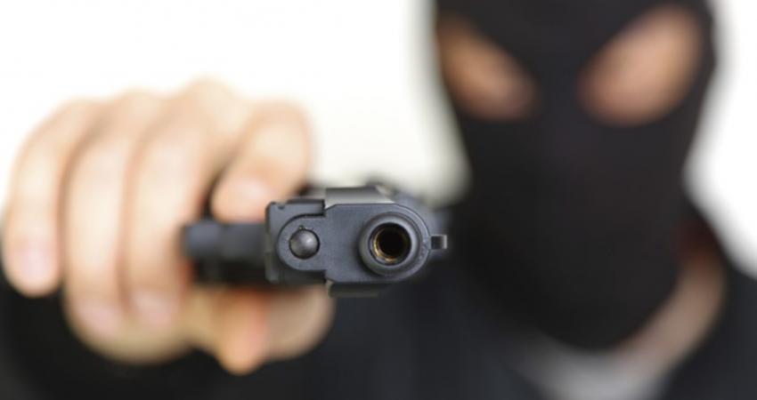 عصابة تقتحم سكناً نسائياً وتسرق قاطناته بالإكراه