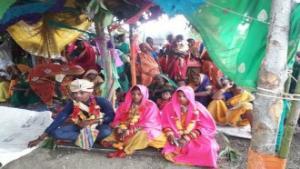 الهند ..  شاب يتزوج من فتاتين في حفل زفاف واحد