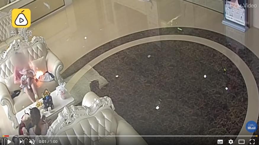 """بالفيديو ..  انفجار هاتف """"سامسونغ"""" بجانب أم ورضيعها في صالون تجميل!"""