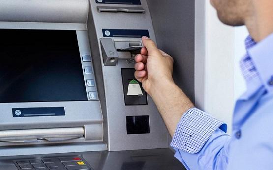 البنوك تبدأ تزويد صرافاتها الآلية بالنقود  ..  تفاصيل