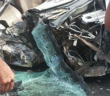 """بالصور .. اصابة 5 اشخاص اثر حادث تصادم بين """" تريلا """" و مركبة"""