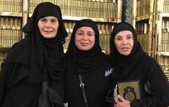 يسرا وإلهام شاهين وهالة سرحان بالعباءات السوداء والحجاب في الحج