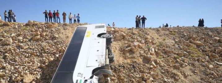 """إصابة 18 شخصاً بينهم 3 بحالة خطرة إثر تدهور حافلة على الطريق """"الصحراوي"""""""