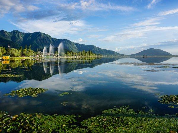 """بالصور  ..  استمتع بالطبيعة الجذابة في بحيرة """"دال"""" جوهرة شرينجر الهندية"""