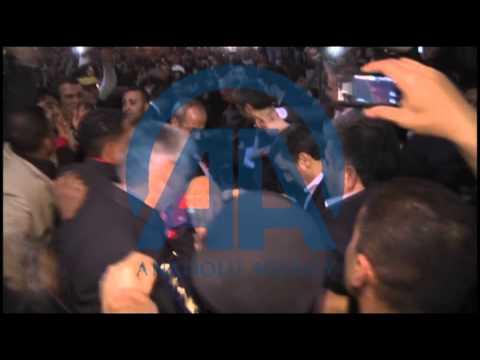 سوري يحاول الاعتداء بالحذاء على نجاد في القاهرة - فيديو