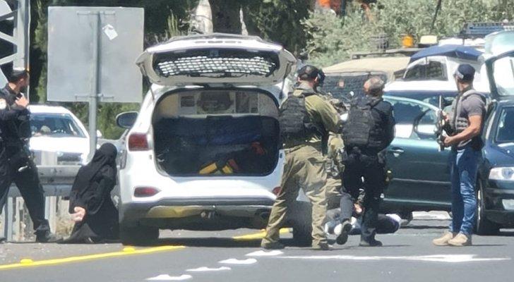 بالصور ..  الاحتلال الإسرائيلي يطلق النار على شاب فلسطيني بحجة تنفيذه عملية طعن قرب رام الله