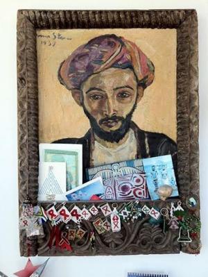 """العثور على لوحة """"عربي يرتدي الأسود"""" في مطبخ منزل بلندن"""
