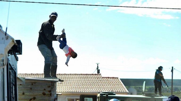برأته المحكمة ..  رجل يرمي طفلته من أعلى سطح منزله