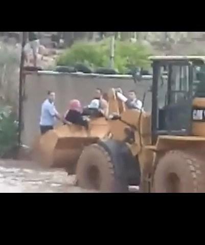 """بالفيديو .. رجال الامن العام ينقذون عائلة من الغرق بإستخدام """"بوكت الجرافة"""" في الاغوار"""