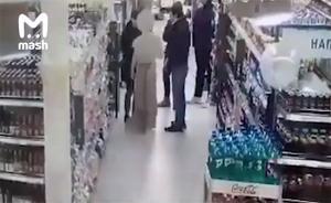 بالفيديو: شباب يسرقون مجسم البطل حبيب بذريعة التصوير في موسكو