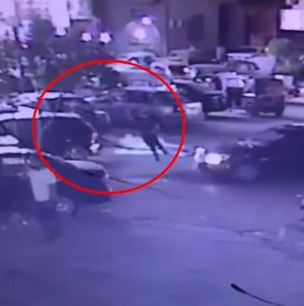 فيديو  مروع  ..   لحظة سكب رجل ماء نار على آخر وسط الشارع