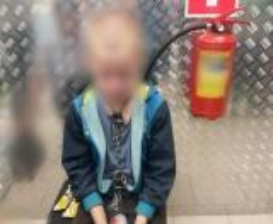 متجر يُفاجأ بطفل بأغلال في رقبته يبحث عن طعام ..  واكتشفوا القصة المُروعة  ..  فيديو