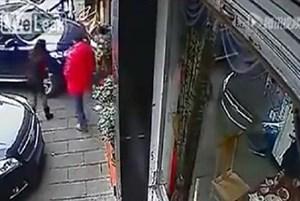 بالفيديو.. أم تُلقي بنفسها أمام سيارة لتنقذ طفلها