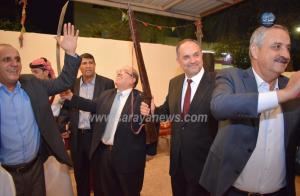 صورة وزير العدل وهو يحمل بندقيه تثير مواقع التواصل الاجتماعي