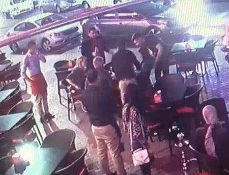 بالفيديو طبيب أردني يثير مواقع التواصل الاجتماعي بعد إنقاذه لسائحة في مقهى من الموت