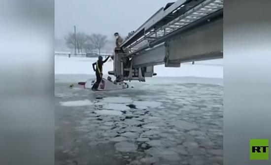بالفيديو  : إنقاذ شخصين من شاحنة سقطت في بركة جليدية بالولايات المتحدة