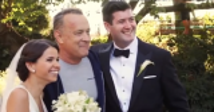 بالفيديو.. توم هانكس يقتحم لحظات تصوير عروسين