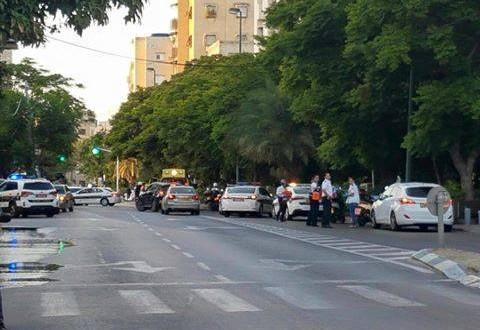 بالفيديو  ..  اصابة جندي اسرائيلي بعملية طعن في تل أبيب