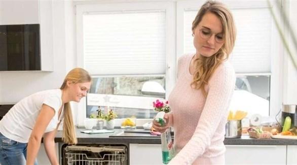سطح العمل في المطبخ  ..  متى يحتاج إلى تعقيم؟