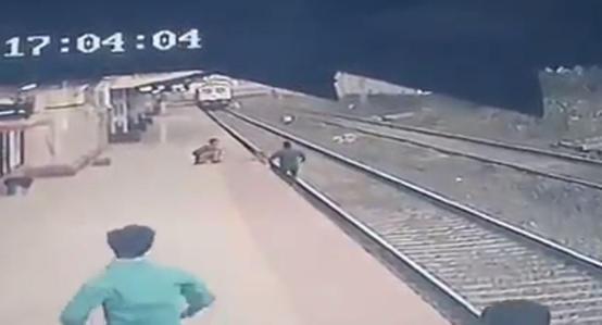 بالفيديو ..  موظف شجاع ينقذ طفلا من تحت عجلات القطار