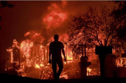 بالصور ..  حرائق ضخمة في كاليفورنيا الامريكية تخلف عشرات القتلى والجرحى