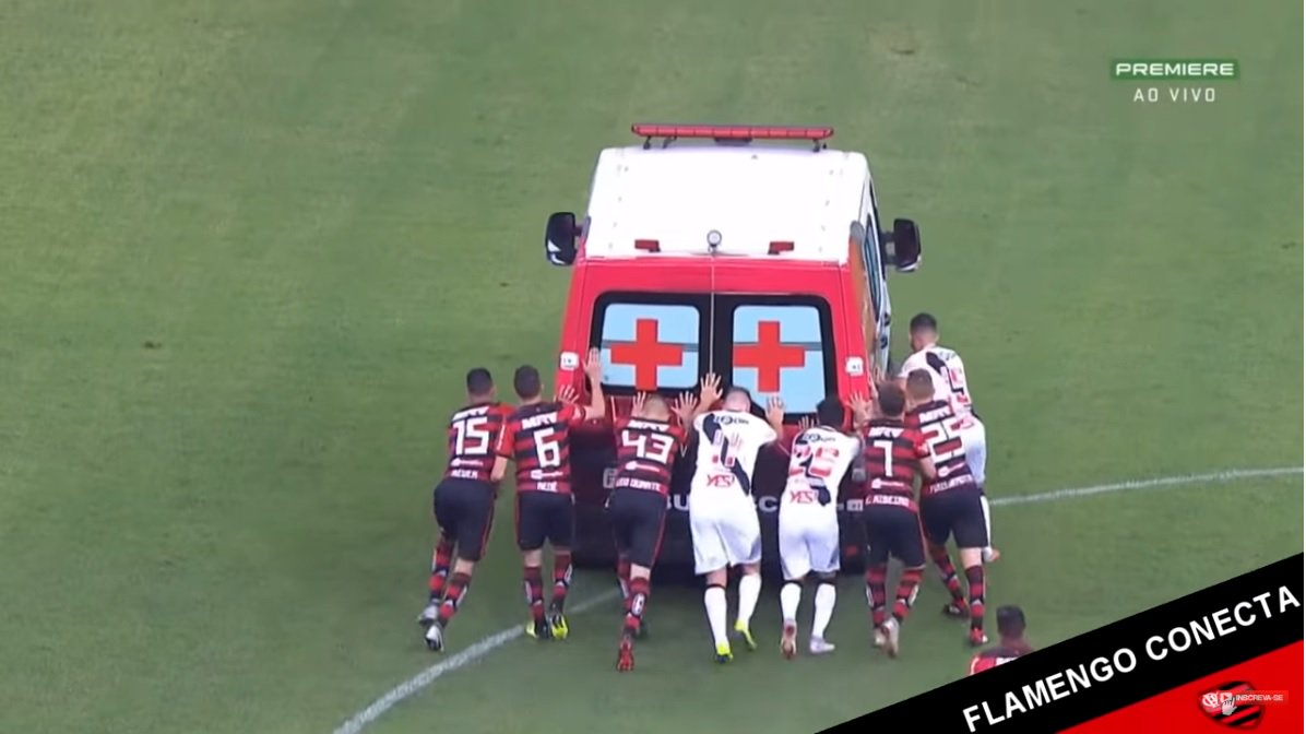 سيارة إسعاف تتعطل في ملعب برازيلي ..  واللاعبون يدفعونها
