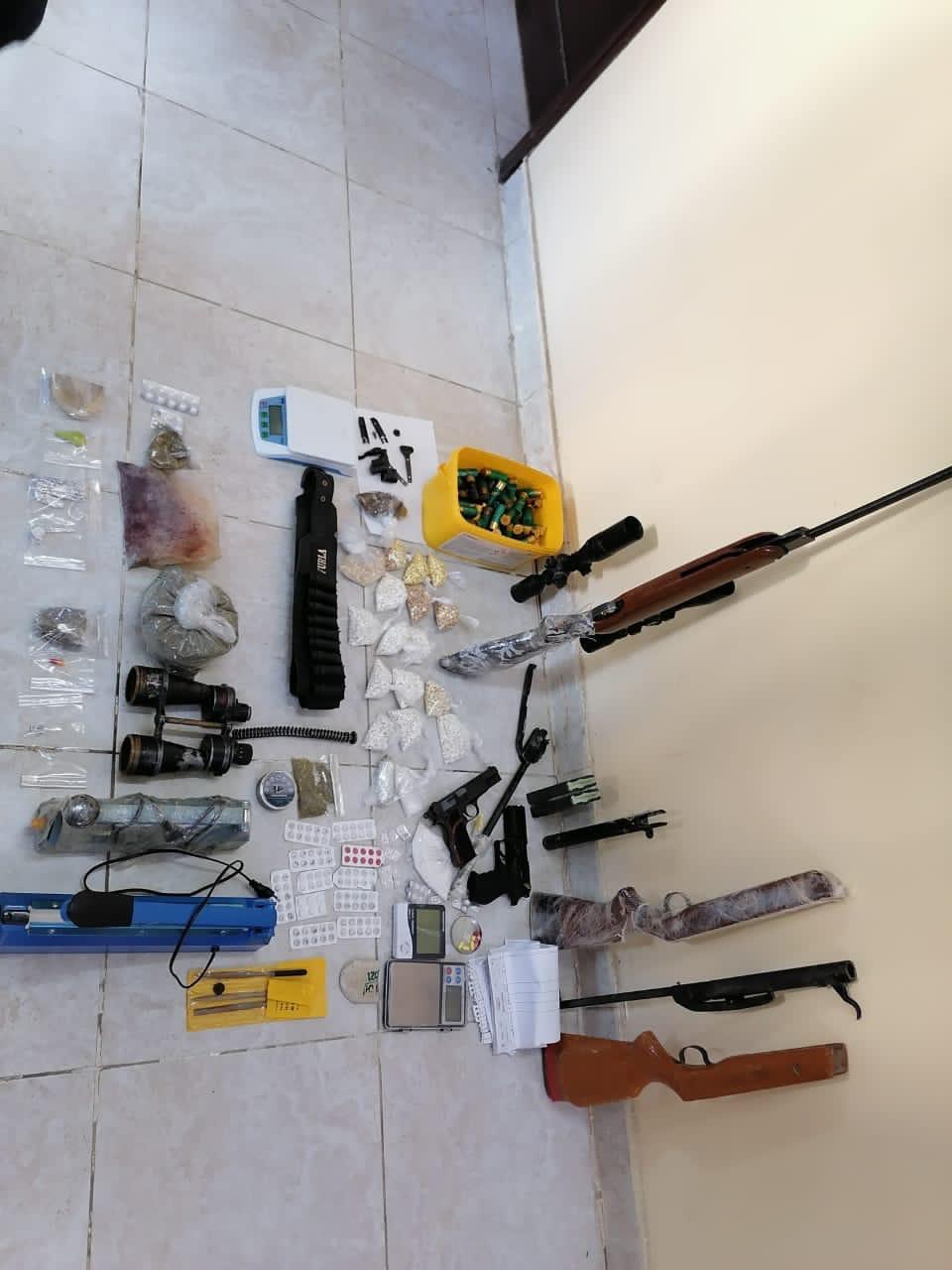 القبض على 4 مروجين للمواد المخدرة مصنفين بالخطرين في سلسلة مداهمات في لواء الرمثا