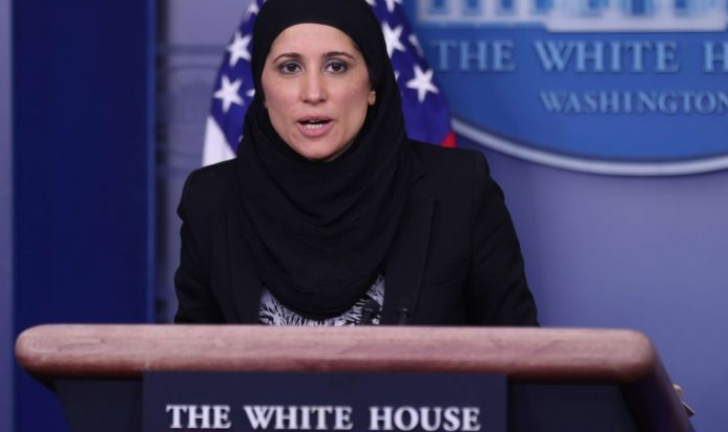 """بالفيديو  ..  في ظهور نادر  ..  مسلمة """"محجّبة"""" تكشف إحدى خطط """"بايدن"""" الاقتصادية في البيت الأبيض"""