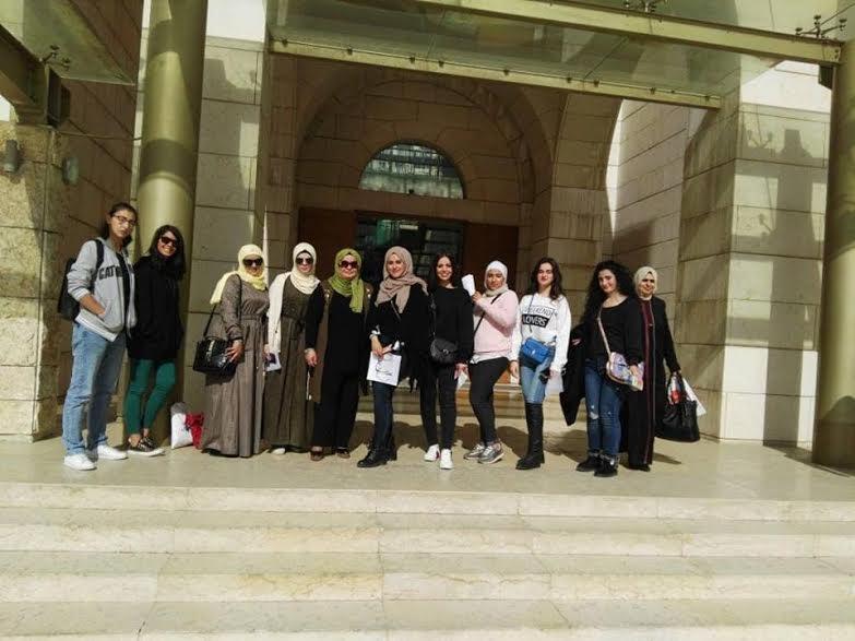 طلبة من جامعة البترا يزورون متحف الاردن