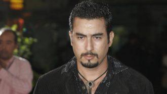 بعد 38 عامًا من وفاته ..  ممثل مغربي يعثر على قبر والده في الصحراء (فيديو)